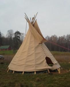 Tipi tält gjort efter orginal ritningar.Prärieindianernas tipi är kåtornas topprestation. Helt kondensfri och vattentät.